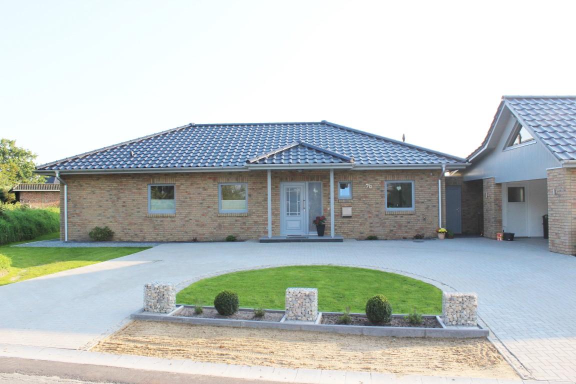 Ebenerdiges einfamilienhaus mit hellem stein thams h user for Ebenerdiges haus bauen
