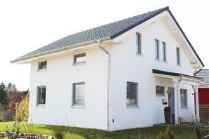 Geräumiges Einfamilienhaus, 1,5 geschossig, weiß verputzt