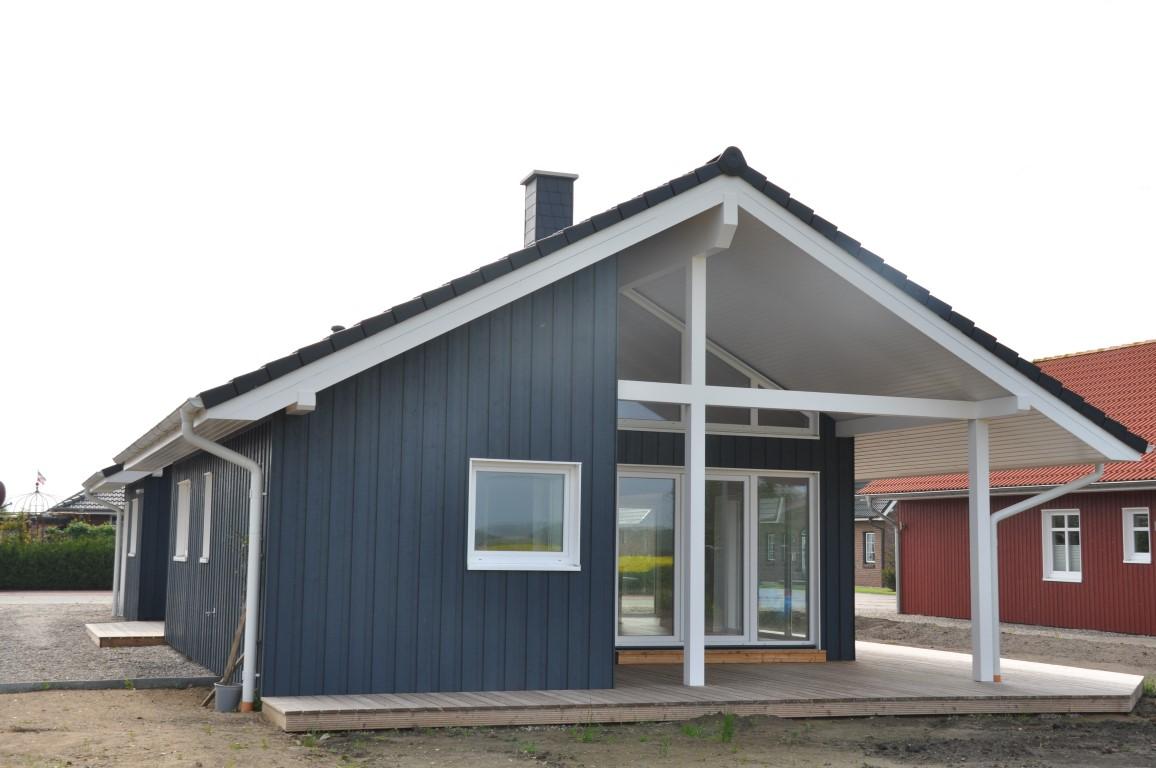 blaues ebenerdiges schwedenhaus aus holz mit berdachter terasse thams h user. Black Bedroom Furniture Sets. Home Design Ideas