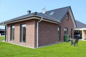 Einfamilienhaus mit großen Dachüberstand und Schickem roten Klinker